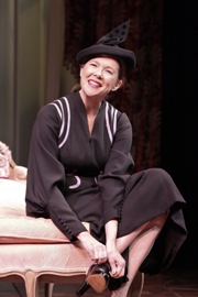 Annette-Bening-in-RUTH-DRAPERS-MONOLOGUES-at-the-Geffen-Playhouse-Photo-by-Michael-Lamont.